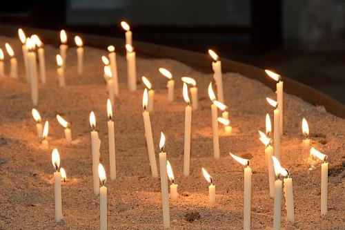 memorial-candles-2686150_1920